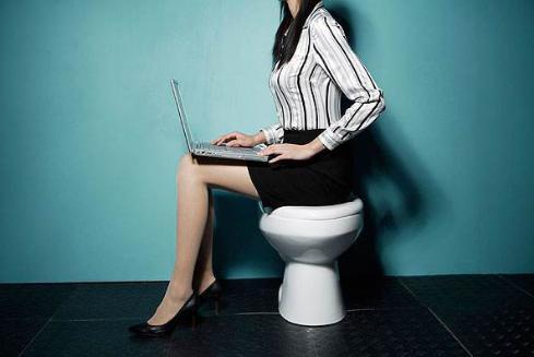 国家网信办:中国网民规模达9.89亿 互联网普及率达70.4%